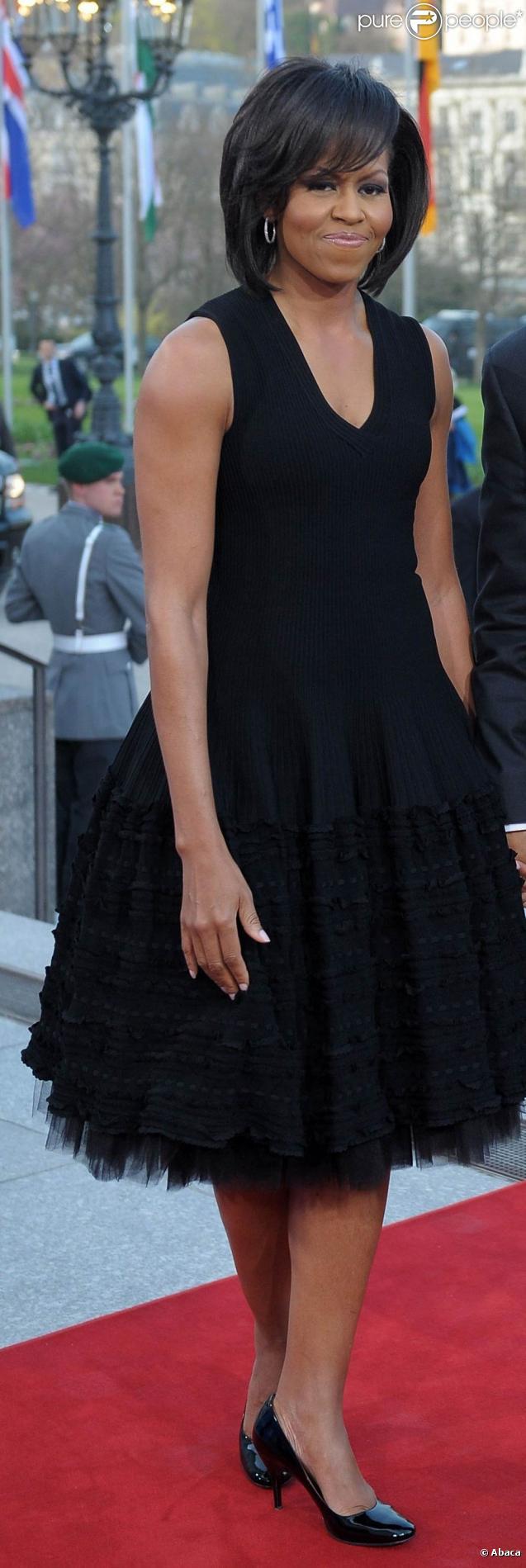 Michelle Obama, très élégante dans sa belle robe noire, joliment surpiquée vers le bas et rehaussée de tulle !