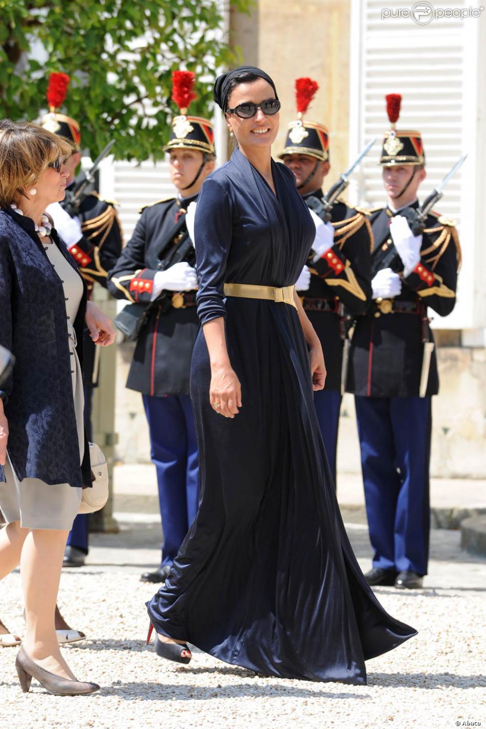 Sheikha Mozah Radieuse Juch E Sur Des Louboutin Et V Tue D 39 Une Belle Robe Bleu Marine
