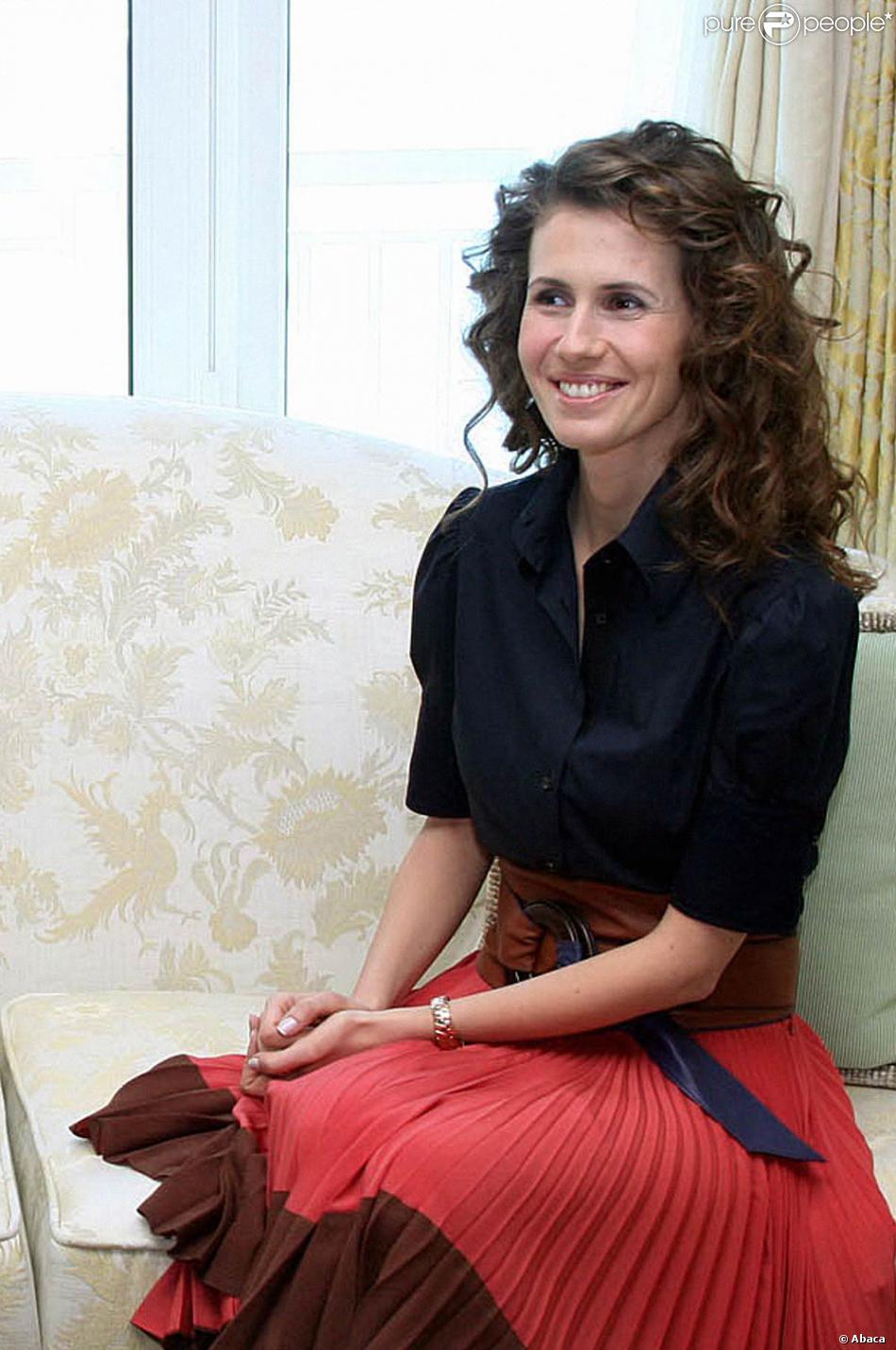 Jupe plissée portée avec un charmant chemisier... Teint ...