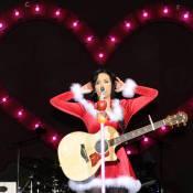 Katy Perry : Déguisée en Mère-Noël version Rockstar, elle est complètement... sur-voltée !