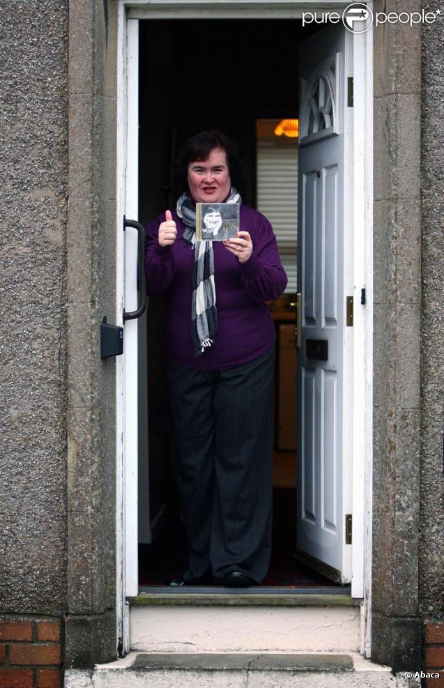 Susan Boyle présente aux photographes son premier album avant de... sortir ses poubelles ! Un moyen comme un autre de faire de la promo !