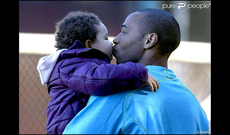 thierry henry et sa fille t a purepeople. Black Bedroom Furniture Sets. Home Design Ideas
