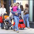 Sortie en famille dans les rues de Los Angeles pour Mark Wahlberg, qui commence à s'empâter, son épouse Rhea, bien enceinte de son 4e enfant, et leurs 3 progénitures.