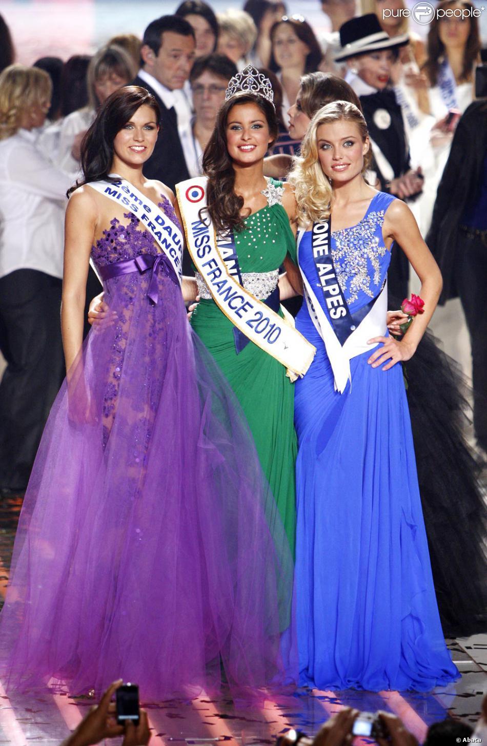 Malika Ménard entourée de ses dauphines Mélanie Craignou et Virginie  Dechenaud lors de son élection le 5 décembre 2009 6ab8d50aeb3