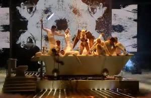 Regardez Lady Gaga, transformée en ange de la mort, prendre un bain devant une Janet Jackson... déchaînée !