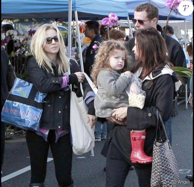 La charmante Kristen Bell aux côtés d'Amanda Anka et de la petite Francesca Nora Bateman, en séance shopping de Noël au Farmer's Market, en plein coeur de Los Angeles, le 13 décembre 2009.