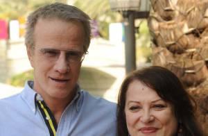 Josianne Balasko entre son chéri et Christophe Lambert... Les stars françaises prennent du bon temps au soleil !