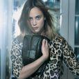 Nora Arnezeder rend hommage au sac New Lock de Dior