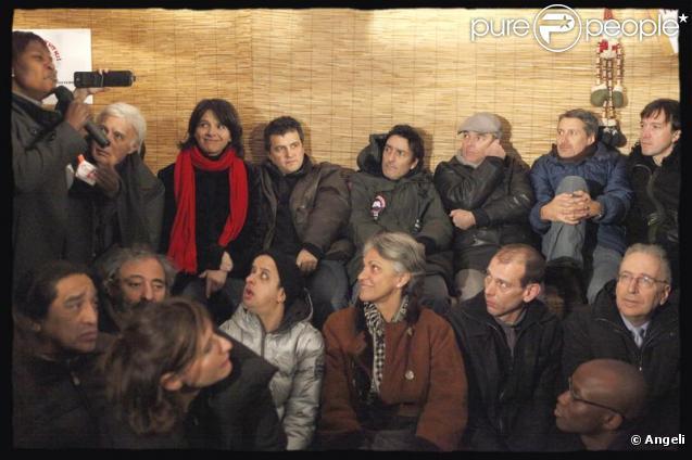 Juliette Binoche, Laurent Baffie, Antoine de Caunes, Guy Bedos, Booder, Yvan Attal, Cali ou encore Patrick Pelloux dégustent une galette avec les sans papiers, dans le VIe arrondissement de Paris. 6/01/2010
