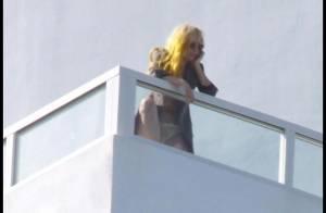 Lady GaGa en petite culotte sur son balcon ressemble plutôt à... Lady CraCra !