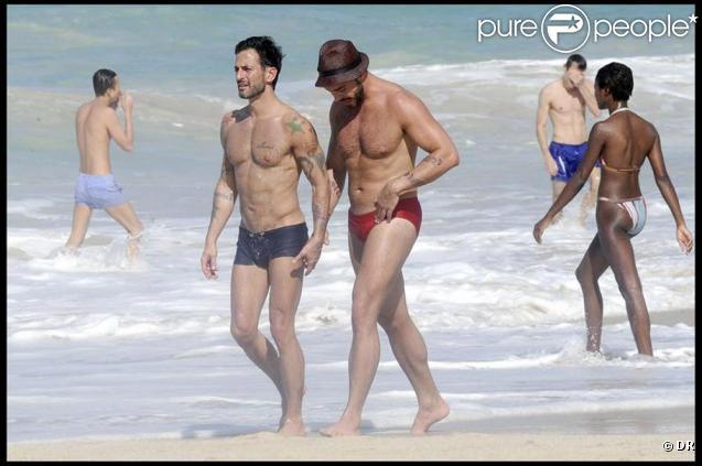 A l'heure où la France claque des dents sous les températures hivernales, Marc Jacobs et son mari Lorenzo Martone profitent de la plage ensoleillée de St-Barthélemy, le 5 janvier 2010.