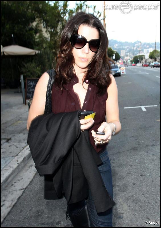 Neve Campbell fait du shopping dans West Hollywood le 12 janvier 2010