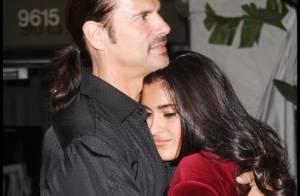 Quand Lorenzo Lamas s'offre une petite moustache, sa chérie ne peut plus s'arrêter de l'embrasser !