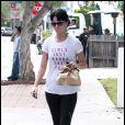 Katy Perry, vêtue d'un t-shirt à message, va se chercher un café sur West Hollywood. Sa peau n'est pas si nette qu'elle le prétend dans les pubs ProActiv.