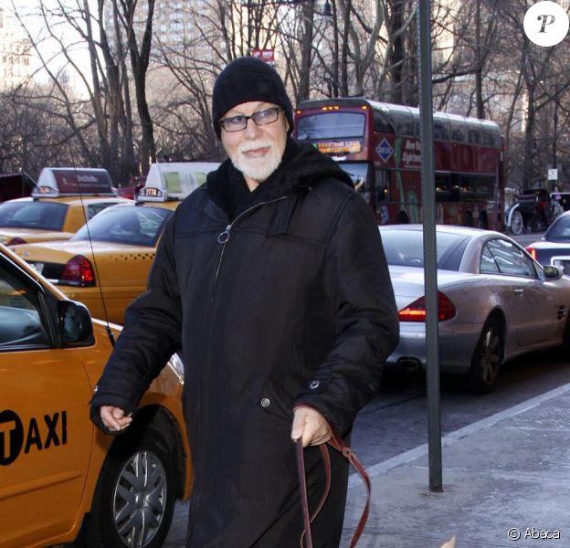 René Angelil promène son chien, le lundi 8 février, dans les rues de New York.