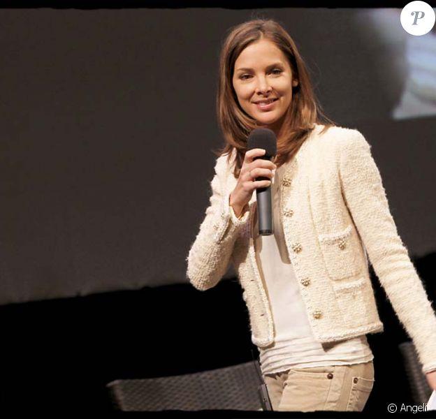 Melissa Theuriau lors du débat Service civique : un projet pour les jeunes, à Paris, le 16 février 2002 !
