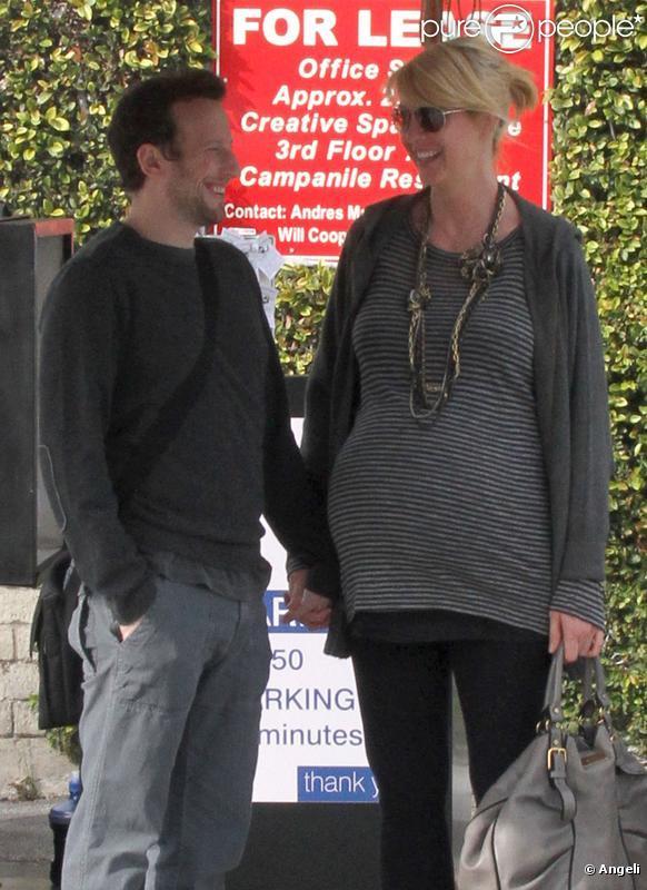 Jenna, très enceinte, et son époux Bohdi, vont déjeuner à Los Angeles. 18/02/2010