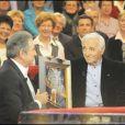 Charles Aznavour reçoit un disque de platine pour le tournage de Vivement Dimanche (24 février 2010)