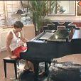 Mickaël Vendetta continue de s'exercer au piano... ce qui exaspère ses camarades.