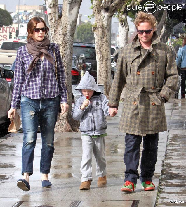 Liv Tyler et Royston Langdon se promènent avec leur fils Milo et déjeunent ensemble à Beverly Hills le 27 février 2010