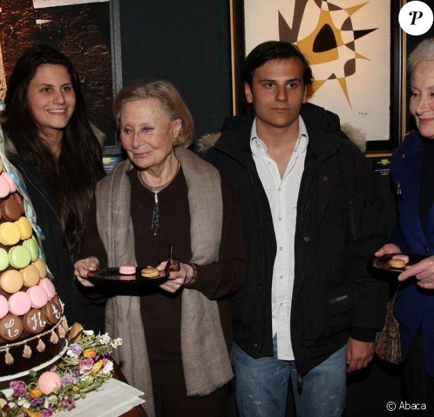 Michèle Morgan entourée de sa soeur et ses petits-enfants pour ses 90 ans, à Paris, le 1er mars 2010 !
