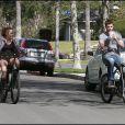 Miley Cyrus et son boyfriend Liam Hemsworth, faisant du vélo à Toluka Lake (Californie), vendredi 5 mars.