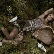 Lara Stone : le superbe top vous embarque dans les champs... Regardez, elle est plus sensuelle que jamais !