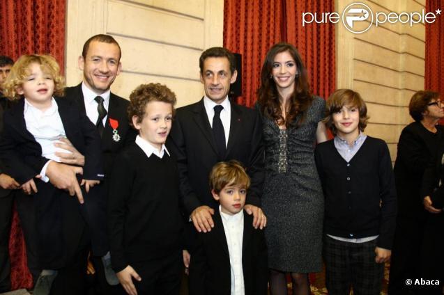 Dany Boon entouré de ses enfants, Eytan, Noé, Elia et Medhi et de sa femme Yaël, lors de sa décoration à L'Elysée en présence de Nicolas Sarkozy