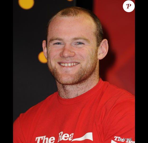 Wayne Rooney, international anglais, pose avec le trophée Jules Rimet de la Coupe du Monde le 11 mars à Londres