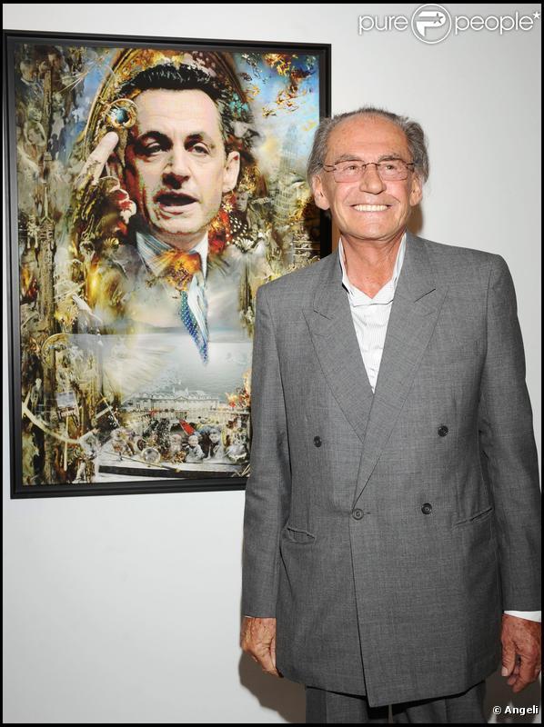 Pal Sarkozy présentant l'une de ses peintures