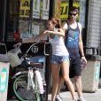 Miley Cyrus et son boyfriend Liam Hemsworth partagent une petite balade à vélo dans les rues de Beverly Hills, jeudi 25 mars.