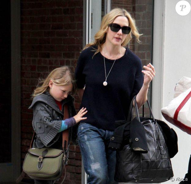Kate Winslet et sa fille Mia Honey, 9 ans, quittent leur apportement new-yorkais, le 27 mars 2010