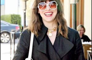 Photos : Milla Jovovich, une jeune et jolie maman en pleine séance shopping chez Vuitton...