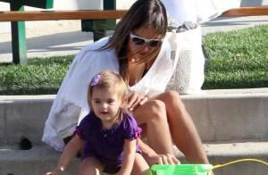 Alessandra Ambrosio : Avec son amoureux et son adorable fille, elle sort ses belles gambettes !