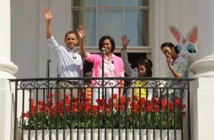 Regardez Barack Obama et sa famille faire la fête avec Justin Bieber, la folle équipe de Glee et... un craquant lapin !