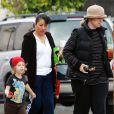 Bridget Fonda avec son fils Oliver, à Los Angeles le 11 avril 2010