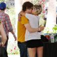 Pixie Geldof embrasse un jeune homme lors du deuxième jour du Festival Coachella en Californie le 17 avril 2010