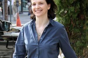 Juliette Binoche, en tenue très décontractée, arbore un beau sourire face... à un G.I. Joe !