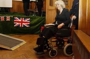 Camilla Parker Bowles : Dans son fauteuil, elle fait tout sur les chapeaux de roues !
