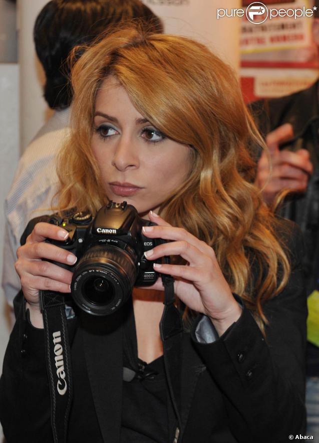 Julie Zenatti présentait le 22 avril 2010 son album  Plus de diva  au Virgin Megastore des Champs-Elysées