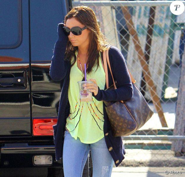 Ashley Tisdale se promène dans les rues de la capitale californienne, vendredi 23 avril, lunettes fumées  oversize sur le nez...
