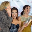 """Teri Hatcher et Felicity Huffmanentourent la pétillante Eva Longoria lors de la soirée de lancement du parfum """"Eva"""" signée Eva Longoria dans son restaurant le Beso à Los Angeles le 27 avril 2010"""
