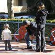 Gisele Bündchen et son mari Tom Brady promènent leur fils Benjamin ainsi que le fils de Tom, John Edward, dans un parc de Santa Monica à Los Angeles le 29 avril 2010