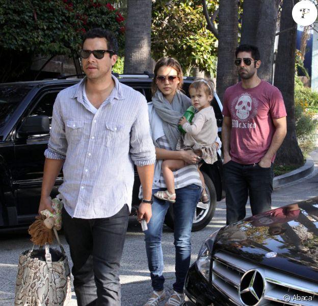 Jessica Alba, Cash Warren et leur fille Honor rendent visite à des amis à Venice Beach le 8 mai 2010