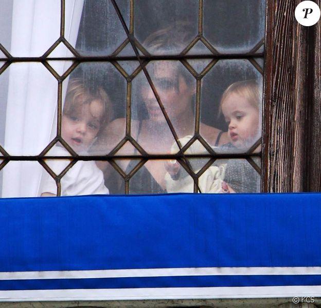 Angelina Jolie et ses jumeaux - Knox Leon et Vivienne Marcheline -, dans leur hôtel de Venise, le 5 avril 2010.