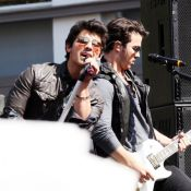 Jonas Brothers : regardez les services de sécurité de leur concert gratuit... totalement dépassés par une foule d'ados en transe !