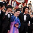 Yoon Jeong-hee, Lee David, mais également Lee Joondong entourent Lee Chang-Dong lors de la montée des marches, à l'occasion du 63e festival de Cannes. Projection du film Poetry, le 19/05/2010