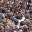 Bain de foule pour Carla Bruni (et oui 7 500 personnes, ça prend de la place...) lors de la garden party du 14 juillet 2009 à l'Elysée.