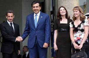 Quand Nicolas Sarkozy reçoit le président géorgien, Carla Bruni est la plus élégante des hôtesses !
