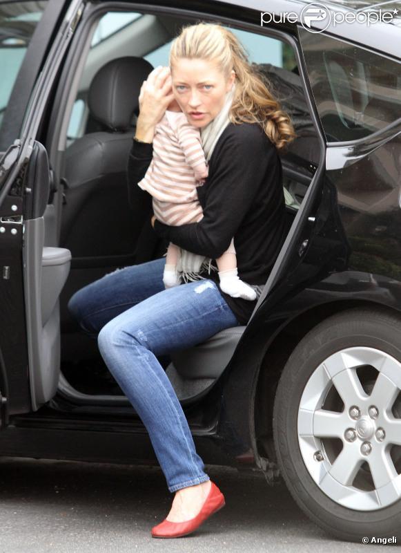 Rebecca Gayheart dans les rues de Los Angeles, avec sa petite Billie.